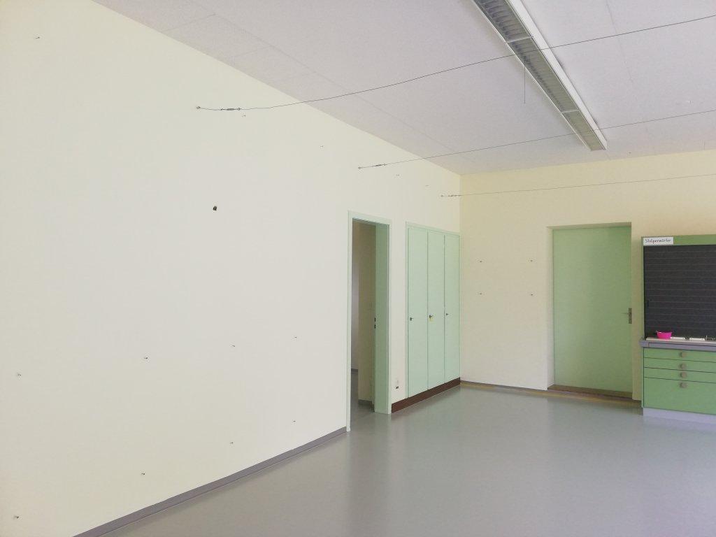 Schulzimmer Malerarbeiten an Decke, Wände, Holzwerk. Radiatoren und Boden